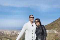 Jeunes couples heureux étreignant et souriant extérieur photographie stock