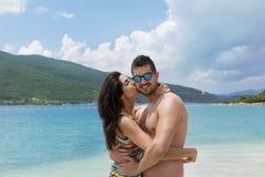Jeunes couples heureux étreignant sur la plage Vacances d'été Photographie stock libre de droits