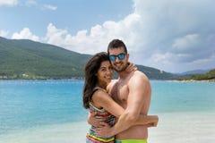 Jeunes couples heureux étreignant sur la plage Vacances d'été Photos libres de droits