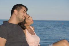 Jeunes couples heureux étreignant sur la plage Vacances d'été Photo libre de droits