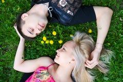 Jeunes couples heureux. photos libres de droits