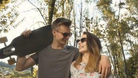 Jeunes couples heureux banque de vidéos
