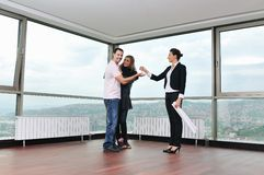 Jeunes couples heureux achetant à la maison Photo libre de droits