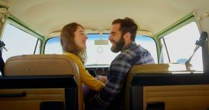 Jeunes couples heureux agissant l'un sur l'autre les uns avec les autres dans van 4k clips vidéos