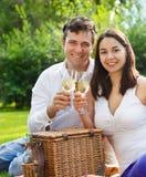 Jeunes couples heureux appréciant des glaces de vin blanc Photo libre de droits