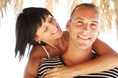 Jeunes couples heureux appréciant des vacances d'été. Photographie stock libre de droits