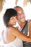 Jeunes couples heureux appréciant des vacances d'été. Photo stock