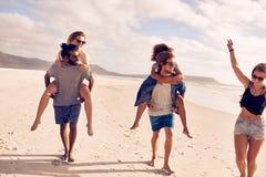 Jeunes couples heureux appréciant des vacances d'été sur la plage Image libre de droits