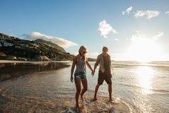 Jeunes couples heureux appréciant des vacances de plage Images libres de droits