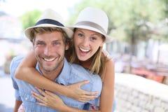 Jeunes couples heureux appréciant des vacances en ville Photo stock