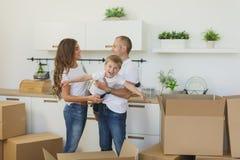 Jeunes couples heureux appréciant en leur nouvel appartement vide Image stock