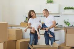 Jeunes couples heureux appréciant en leur nouvel appartement vide Photographie stock libre de droits