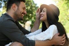 Jeunes couples heureux appréciant ensemble en parc de ville Image stock