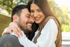 Jeunes couples heureux appréciant ensemble en parc de ville Image libre de droits