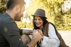 Jeunes couples heureux appréciant ensemble en parc de ville Images libres de droits