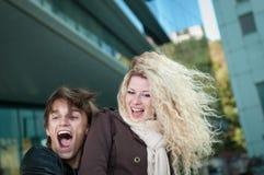 Jeunes couples heureux appréciant la durée Photo stock