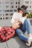 Jeunes couples heureux appréciant la durée Images libres de droits