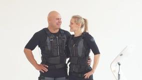 Jeunes couples heureux appréciant la formation avec des costumes de SME banque de vidéos