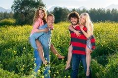Jeunes couples heureux appréciant la nature Images libres de droits