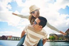 Jeunes couples heureux appréciant le soleil d'été Image libre de droits