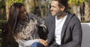 Jeunes couples heureux appréciant le soleil d'automne Photos libres de droits