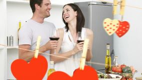 Jeunes couples heureux appréciant le vin dans la cuisine banque de vidéos