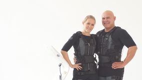Jeunes couples heureux appr?ciant la formation avec des costumes de SME clips vidéos
