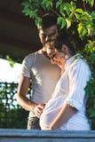 Jeunes couples heureux attendant le bébé Images libres de droits