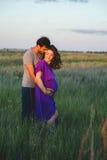 Jeunes couples heureux attendant le bébé Images stock