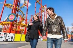 Couples au parc d'attractions Image stock