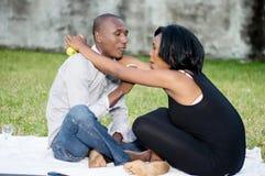 Jeunes couples heureux au stationnement photographie stock libre de droits