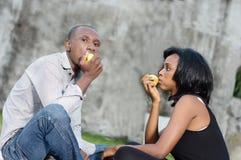 Jeunes couples heureux au stationnement image libre de droits
