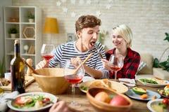 Jeunes couples heureux au Tableau de dîner de fête Image stock