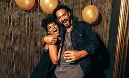 Jeunes couples heureux ayant l'amusement à la disco Photos stock