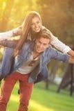 Jeunes couples heureux ayant l'amusement Images stock