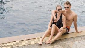 Jeunes couples heureux ayant l'amusement dans l'eau Été, vacances et l Image stock