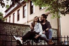 Jeunes couples heureux ayant l'amusement dans la ville Image libre de droits
