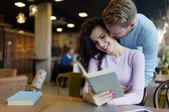 Jeunes couples heureux ayant l'amusement dans le café Photographie stock