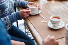 Jeunes couples heureux ayant l'amusement dans le café dehors photographie stock libre de droits