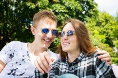 Jeunes couples heureux ayant l'amusement dans un parc Photo stock