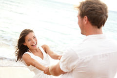 Jeunes couples heureux ayant l'amusement de plage des vacances Photographie stock