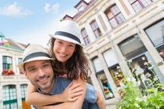 Jeunes couples heureux ayant l'amusement en vacances Photo stock