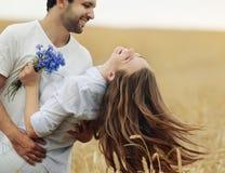 Jeunes couples heureux ayant l'amusement extérieur dans le domaine d'été images libres de droits