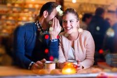 Jeunes couples heureux ayant l'amusement la date Photos stock