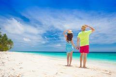 Jeunes couples heureux ayant l'amusement par la plage Photos stock