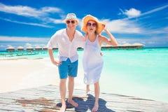 Jeunes couples heureux ayant l'amusement par la plage Images libres de droits