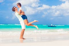 Jeunes couples heureux ayant l'amusement par la plage Photos libres de droits
