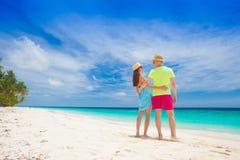 Jeunes couples heureux ayant l'amusement par la plage Photographie stock