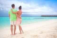 Jeunes couples heureux ayant l'amusement par la plage Images stock