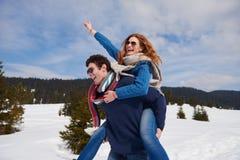 Jeunes couples heureux ayant l'amusement sur l'exposition fraîche des vacances d'hiver Image libre de droits